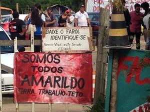 Famílias da Ocupação Amarildo começavam a desocupar terreno na SC-401 na tarde desta terça (15) (Foto: Osvaldo Sagaz/CBN Diário)