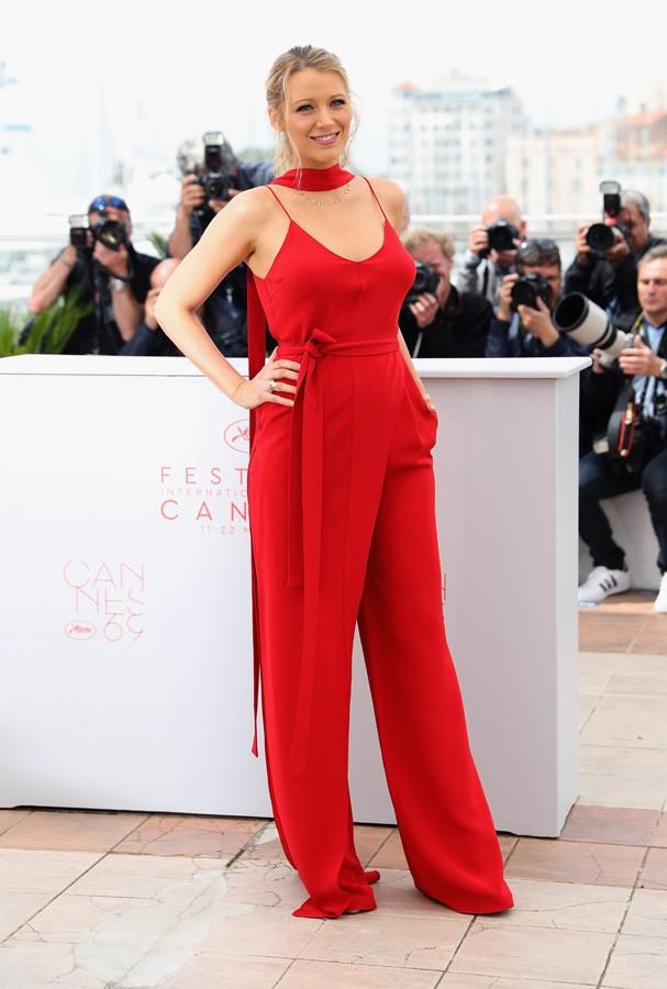 No primeiro dia de Cannes, Blake Lively apostou em um macacão poderoso do estilista Juan Carlos Obando (Foto: Getty Images)