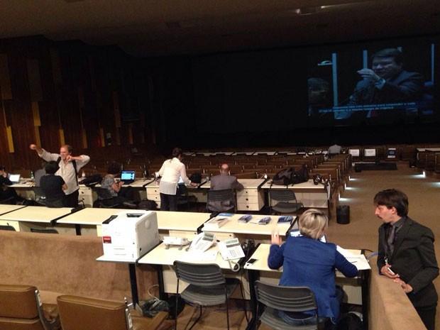 Jornalistas estrangeiros trabalham no auditório reservado a eles no Senado (Foto: Renan Ramalho / G1)