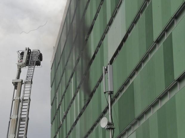 Fumaça negra sai das janelas do prédio Ministério das Comunicações e Transportes  (Foto: Jose Cruz/ABr)