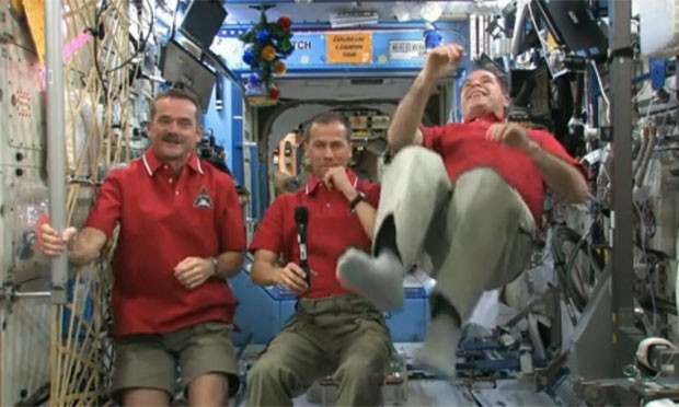 Após desejarem feliz Ano Novo, os astronautas da ISS brincaram com a falta de gravidade (Foto: Reprodução/Nasa)