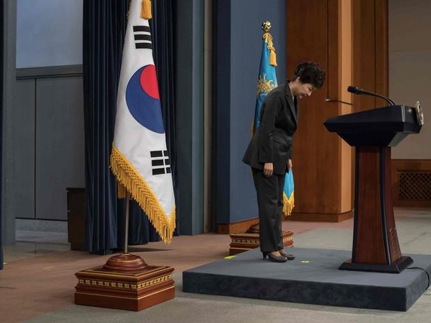 A presidente da Coreia do Sul Park Geun-Hye antes de um pronunciamento na TV em que pede desculpas à nação  (Foto: Ed Jones/AP)