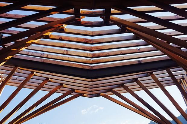 Detalhe da construção de madeira do telhado em formato de M (Foto: Bowen hou/Divulgação)