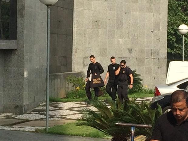 Policiais federais chegam com malotes da Operação Lava Jato na sede da PF em SP (Foto: Tatiana Santiago/G1)
