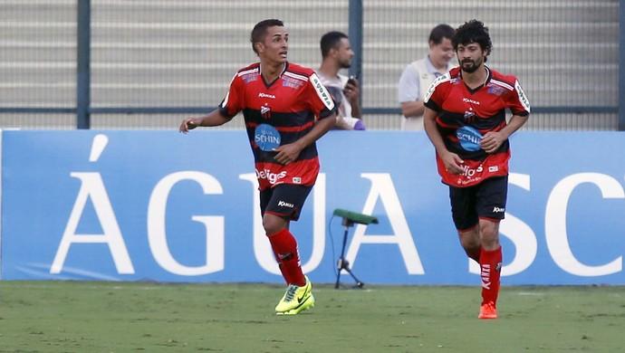 Esquerdinha e Cristian na comemoração do gol contra o Santos (Foto: Marcos Ribolli)