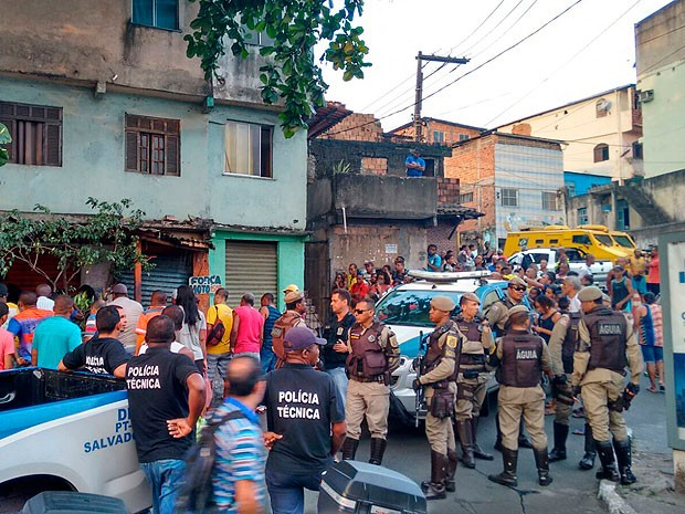 Homem foi morto e outro baleado em crime na Avenida Bonocô (Foto: Juliana Cavalcante/TV Bahia)