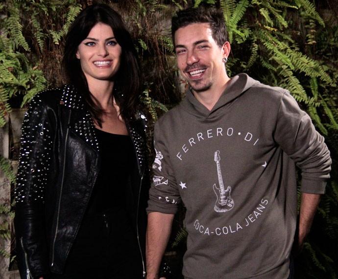 Isabeli Fontana e Di Ferrero gravam nos bastidores do clipe de 'Meu Bem' (Foto: Marcos Mazini/Gshow)