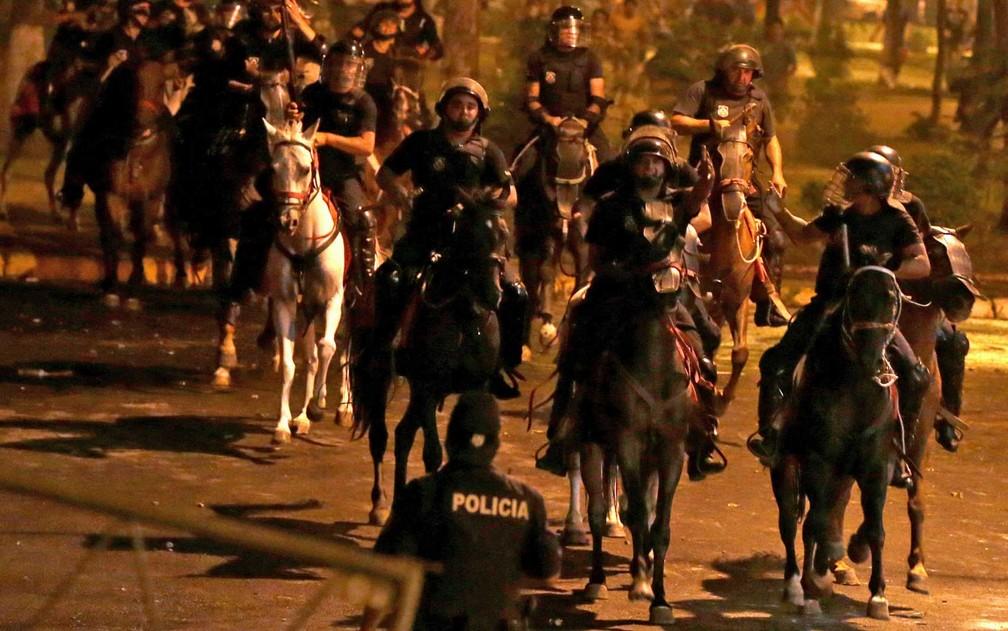 Policiais a cavalo durante manifestação em Assunção (Foto: Jorge Adorno / Reuters)