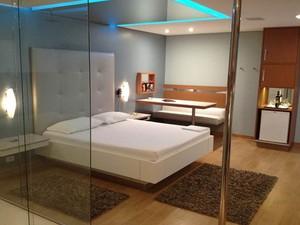 Cama com linhas retas e decoração 'clean' são características dos novos quartos de motel  (Foto: Divulgação/Ricardo Freire)