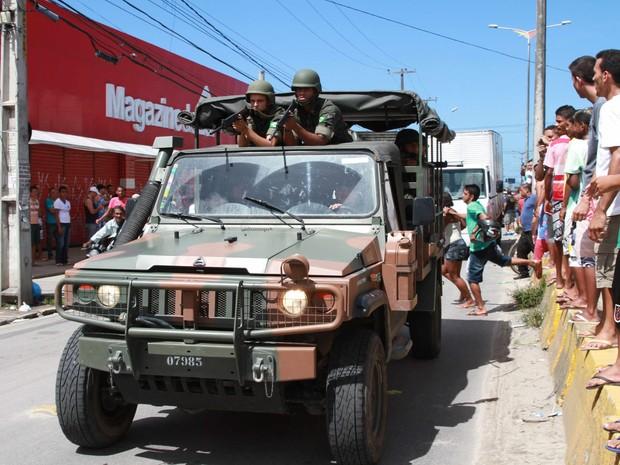 Exército nas ruas de Peixinhos, em Recife (Foto: Michele Souza/JC Imagem)