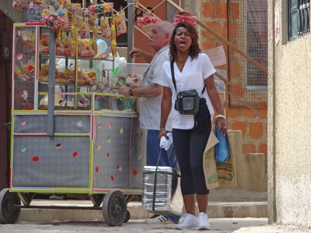 Adriana solta a voz para vender suas empadinhas (Foto: Salve Jorge/TV Globo)