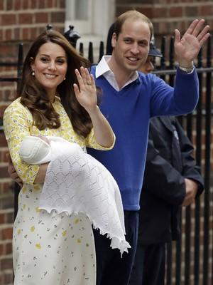 Kate Middleton e o príncipe William apresentam a filha recém-nascida na saída da maternidade, em Londres, no sábado (2) (Foto: AP Photo/Matt Dunham)