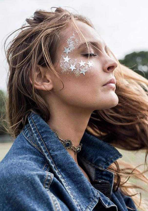 Para aplicar o glitter: gloss, lip balm ou uma cera específica para a pele do rosto (Foto: Pinterest)