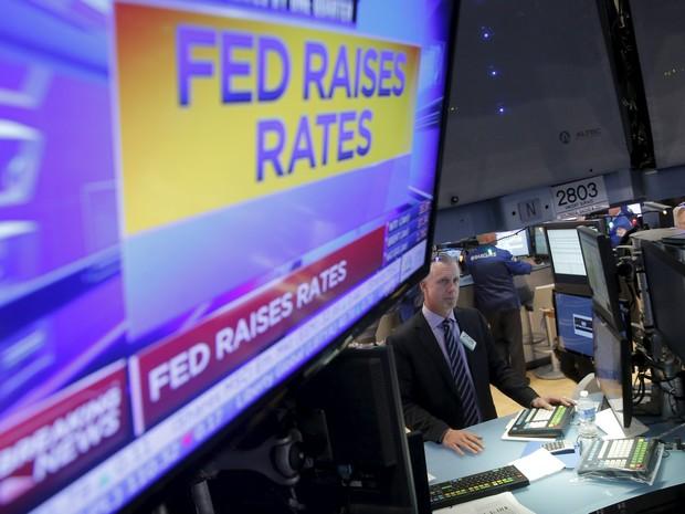 Operadores reagem ao anúncio da alta dos juros dos EUA em Nova Uork, nesta quarta-feira (16) (Foto: REUTERS/Lucas Jackson)