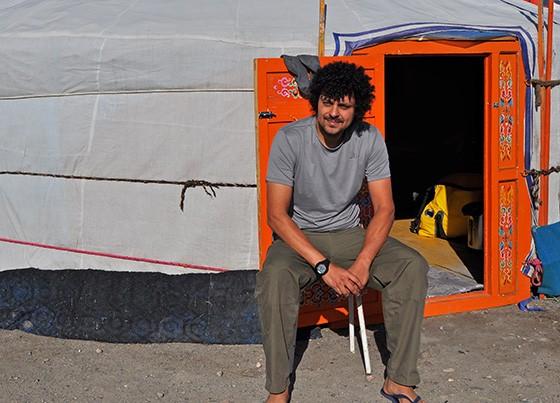 """Danilo na entrada de sua """"ger"""", a habitação circular mongol (Foto: © Danilo Perrotti)"""