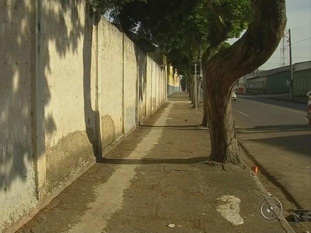 Muro onde confusão aconteceu fica em frente à escola (Foto: Reprodução/ TV TEM)