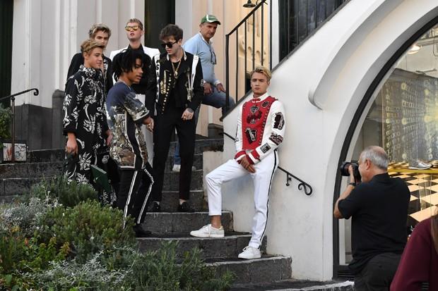 Os millennials nos bastidores da nova campanha da Dolce & Gabbana (Foto: Divulgação)