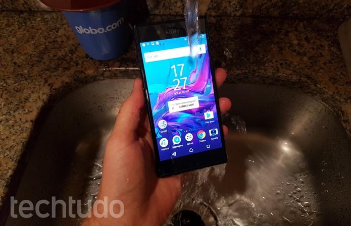 Sony Xperia XZ terá a certificação IP65/58, o que garante que o smartphone será resistente a respingos (Foto: Thássius Veloso/TechTudo)