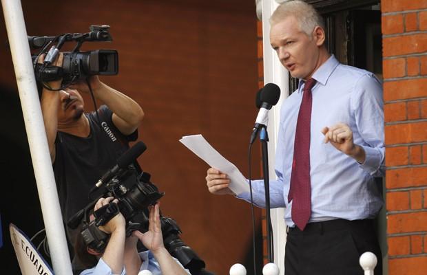 Assange realizou seu discurso de sacada na embaixada do Equador, em Londres (Foto: AP Photo/Sang Tan)