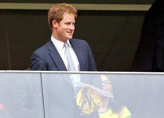 Princípe Harry no jogo Brasil x Camarões (Foto: AP)