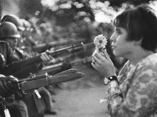 Foto de 21 de outubro de 1967 mostra uma jovem com uma flor diante de soldados armados durante protesto diante do Pentágono. A foto de Marc Riboud é mundialmente conhecida (Foto: Reprodução G1/ Marc Riboud)