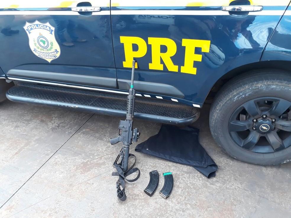 Policiais rodoviários federais e militares apreenderam uma caminhonete em que estava um fuzil, munição e um colete a prova de balas (Foto: PRF/Divulgação)