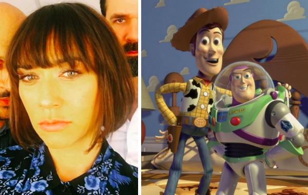A atriz Rashida Jones e os personagens Woody e Buzz de Toy Story (Foto: Instagram/Reprodução)