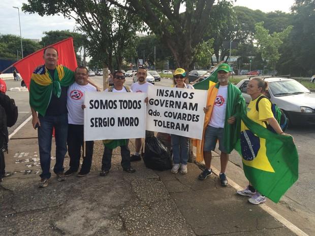 Grupo contrário ao ex-presidente (Foto: Márcio Pinho/G1)