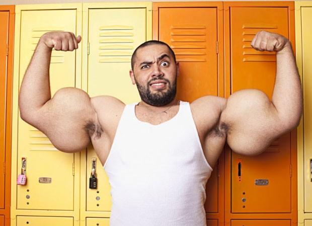 """O fisiculturista de origem egípcia Moustafa Ismail, de 24 anos, entrou para o Guinness como dono dos maiores bíceps e tríceps do mundo. Chamado de Popeye da vida real, Moustafa, que mora em Massachusetts (EUA), tem """"bíceps e tríceps"""" de 78,7 centímetros. (Foto: Reprodução/Guinness)"""