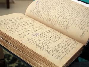 Livro de Ouro do Grand Hotel traz relatos de estrangeiros que se curaram na estância (Foto: Jéssica Balbino/ G1)