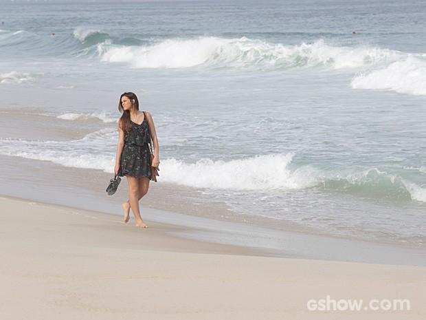 Bruna Marquezine caminha pela praia durante a gravação (Foto: Fábio Rocha/TV Globo)