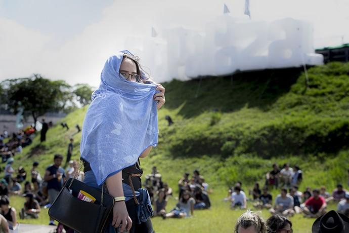 Lenço azul serve para proteger do sol ou fazer charme para a foto no Lollapalooza (Foto: Raphael Dias/Gshow)