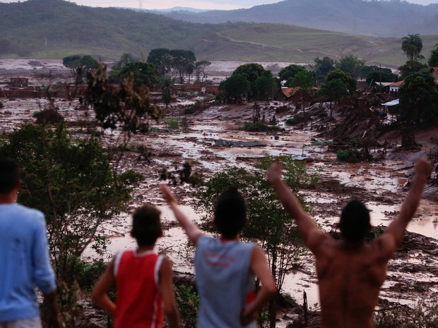 Vista dos estragos causados pelo rompimento da barragem de rejeito da empresa de mineração Samarco, no subdistrito de Bento Rodrigues, em Mariana (MG), nesta quinta-feira (5). A barragem armazenava resíduos da mineração. Conforme informações da Defesa Ci (Foto: Hugo Cordeiro/Agência Estado)