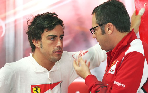 Alonso conversa com Stefano Domenicali nos boxes da Ferrari (Foto: Getty Images)