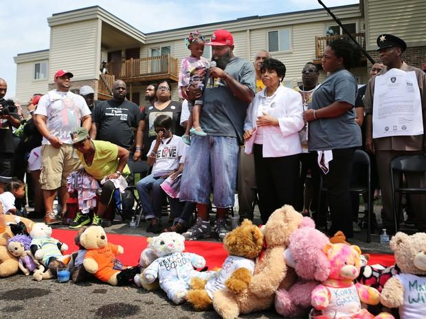 Pai de Michael Brown discursa nesta terça-feira (9)  em Ferguson durante vigília pelos dois anos da morte de seu filho (Foto: David Carson/St. Louis Post-Dispatch via AP)