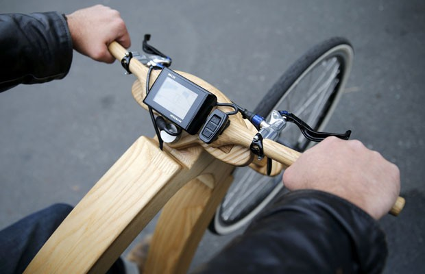 Bicicleta eléctrica de madera empresa alemana Aceteam se pondrá en marcha en 2015. (Foto: Fabrizio Bensch / Reuters)
