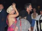 Sem sutiã, Lady Gaga deixa parte do seio à mostra em passeio com o noivo