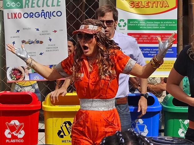 Chayene se atrapalha e fica toda melecada de lixo (Foto: Cheias de Charme/ TV Globo)
