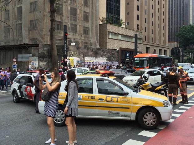 Av Paulista fechada sentido Consolação. Protesto reúne tbm movimento sem teto (MTST), frente de luta por moradia (FLM), CUT (Foto: Livia Machado/G1)