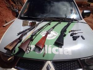 Armas e munições foram apreendidas pela Policia Ambiental em Cunha.  (Foto: Divulgação / Polícia Ambiental)