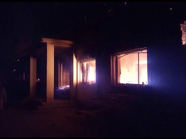 Hospital dos Médicos Sem Fronteiras em chamas em Kunduz, no Afeganistão  (Foto: Médicos Sem Fronteiras / AP)