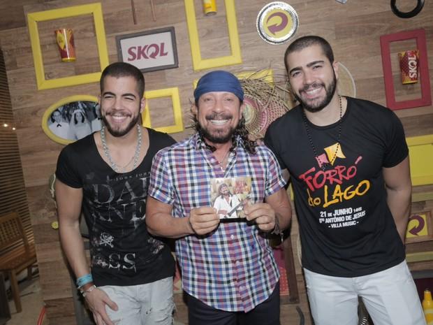 Rafa Marques e Pipo Marques, da Oito7Nove4, posam com o pai, Bell Marques, em show em Salvador, na Bahia (Foto: Heber Barros/ Divulgação)