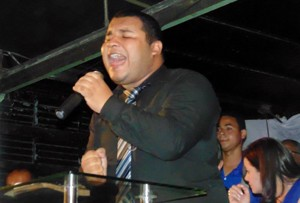 Danilo Lopes canta em eventos da igreja e festas de aniversário (Foto: Arquivo pessoal)