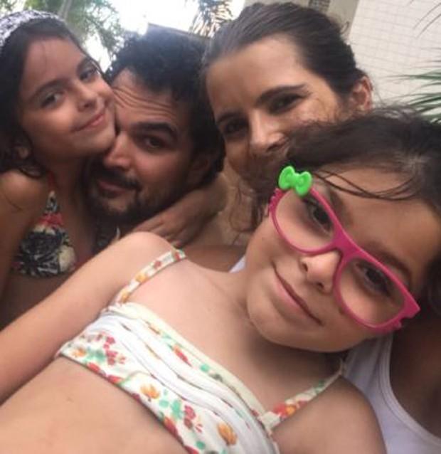 Luciano com Flávia e as filhas (Foto: Reprodução/Instagram)