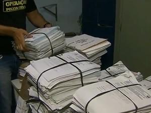 Inquéritos são guardados em péssimas condições de conservação em delegacia de Toritama, no Agreste de Pernambuco (Foto: Reprodução/ TV Asa Branca)