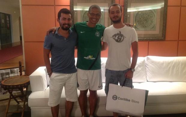Os turcos Emin Imer e Murat Buyumez  mudaram o roteiro das férias no Brasil para encontrar o meia Alex (Foto: Divulgação / Facebook Coritiba)