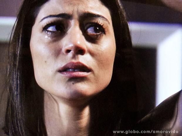 Silvia chora de  medo de ter um câncer (Foto: Amor à Vida)