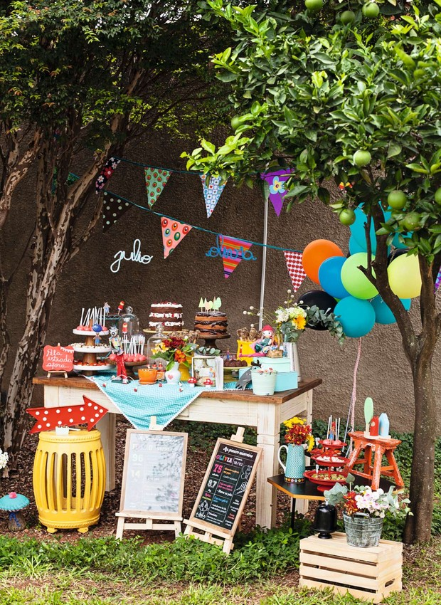 A mesa de doces ganhou charme com apoios de alturas diferentes. Comidinhas e decoração foram feitas pelos pais dos aniversariantes, donos do buffet Addad Franco, com peças da Ideia Única e da Fetes (Foto: Elisa Correa)