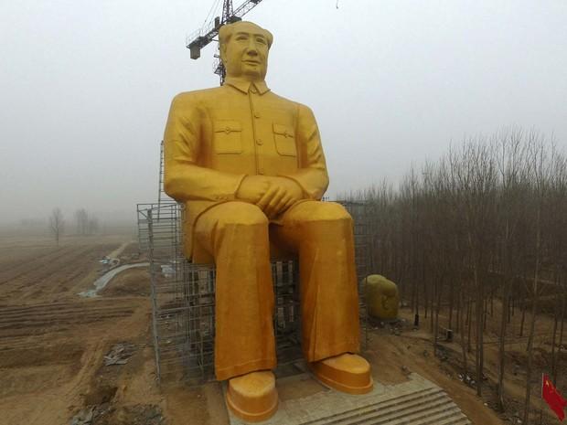 Estátua de Mao Tsé Tung construída na província de Henan, na China, aparece em imagem de 4 de janeiro (Foto: CHINA OUT AFP PHOTO)