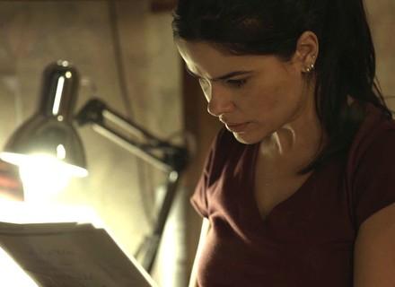 Teaser: Antônia descobre que Júlio enterrou dinheiro do roubo